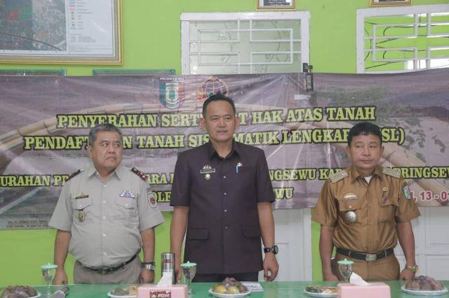 Warga Kelurahan Pringsewu Utara Terima Sertipikat Tanah Melalui Program PTSL